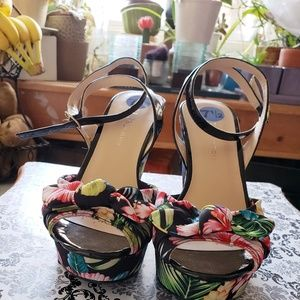 Fun tropical floral wedges NWOB size 7 1/2